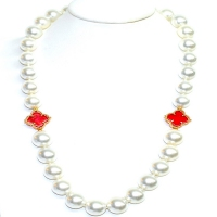 Shell Pearl With Red Clover Necklace